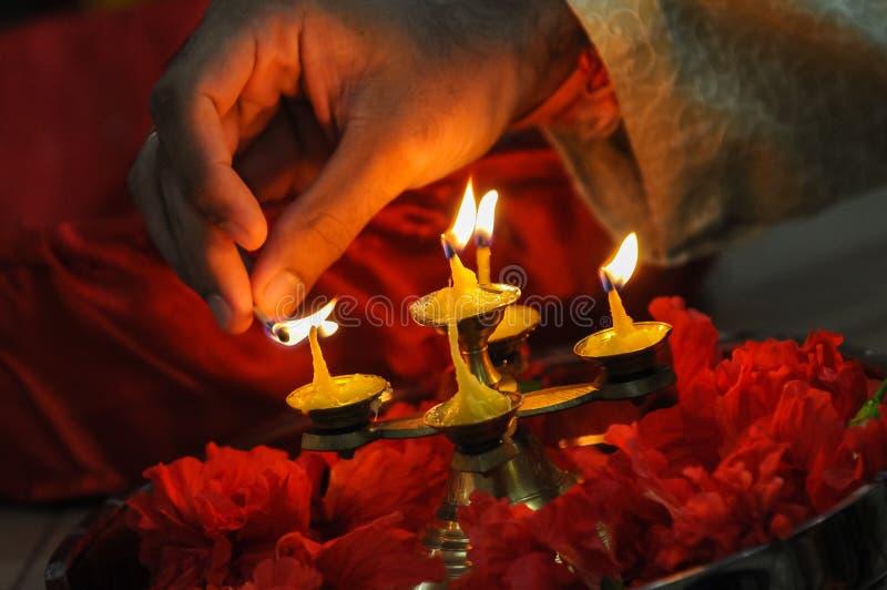 Festival de Diwali des lumières, main allumant une lampe à pétrole indienne photo stock