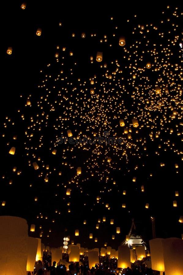 Festival de feu d'artifice de lanternes de ciel photographie stock