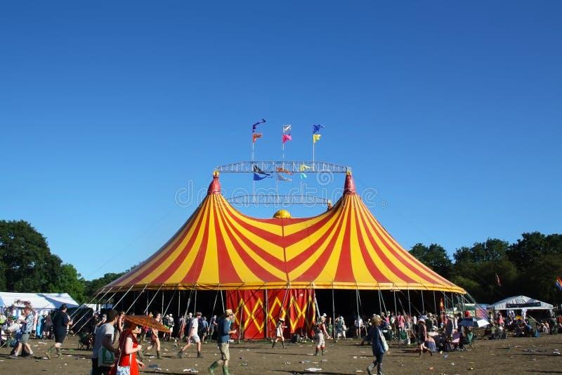 Festival de Glastonbury, R-U 06 26 2015 La tente jaune et rouge géante au festival de Glastonbury avec un ciel bleu profond images libres de droits