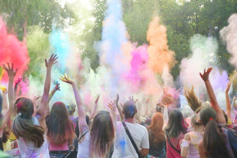 Festival de Holi del color El festival colorido de Holi de pinturas coloreadas de polvos y de la gente del polvo cubierta con el  imágenes de archivo libres de regalías