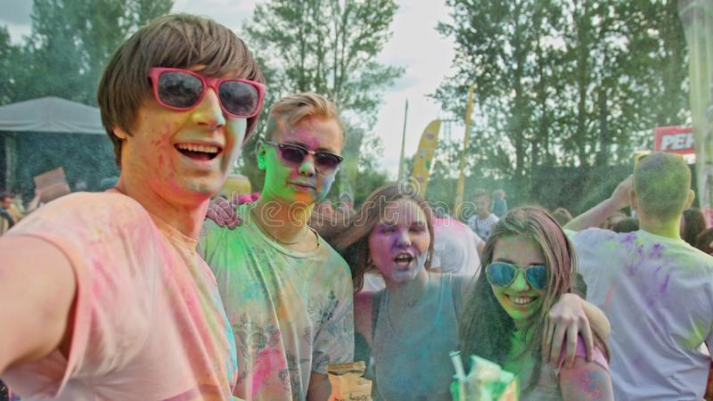 Festival de Holi Jovens que tomam um selfie foto de stock royalty free