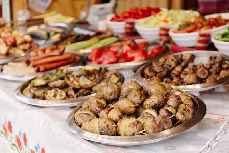 Festival de la comida de la calle, escaparate con la comida en la feria imagenes de archivo