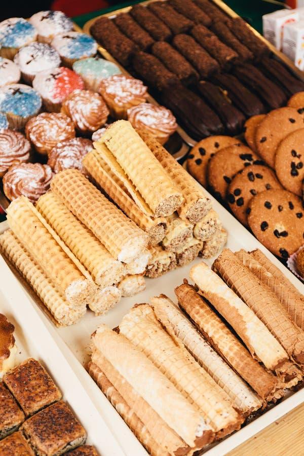 Festival de la comida dulce de la calle, de un escaparate con las tortas y de dulces imagen de archivo