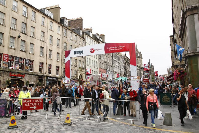 Festival de la franja, anualmente en agosto en Edimburgo, pantomima, teatro, arte de la calle y mucho turista fotos de archivo