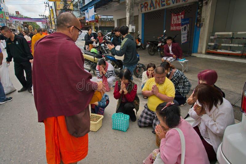 Festival 2019 de las ofrendas de la comida del Año Nuevo Reciba la bendición del monje imágenes de archivo libres de regalías