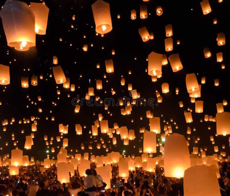Festival de linternas del cielo o festival de Yi Peng en Chiang Mai, Tailandia fotografía de archivo