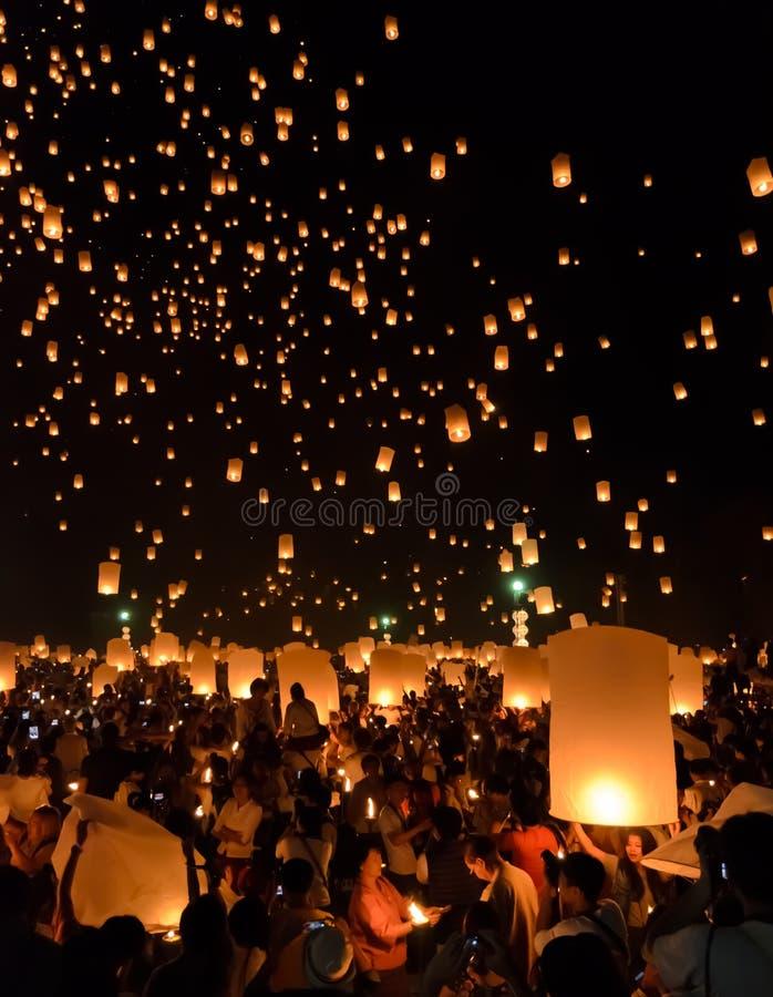 Festival de linternas del cielo o festival de Yi Peng en Chiang Mai, Tailandia imagen de archivo