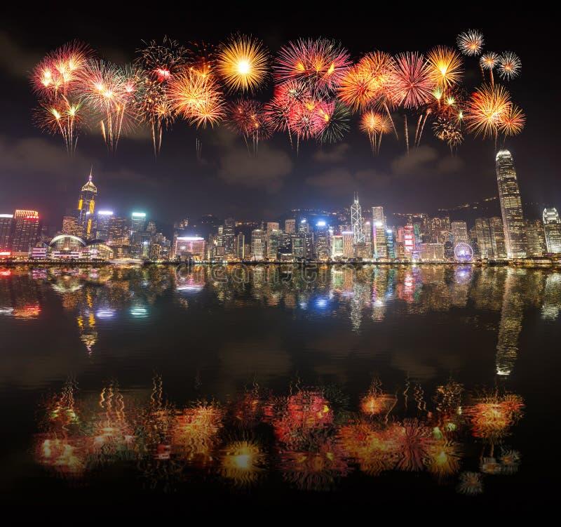Festival de los fuegos artificiales sobre la ciudad de Hong Kong con la reflexión del agua imagen de archivo