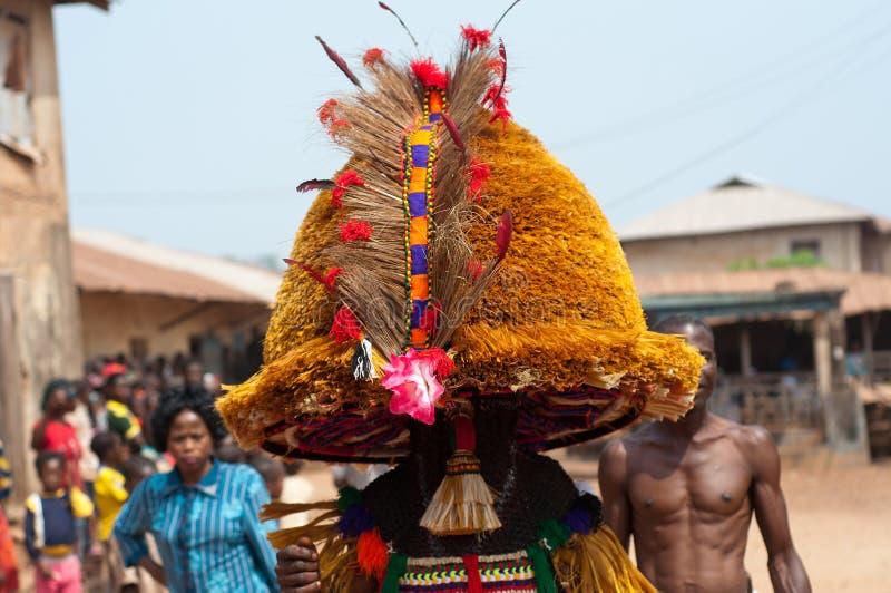 Festival De Otuo Ukpesose - El Itu Se Disfraza En Nigeria Fotografía editorial