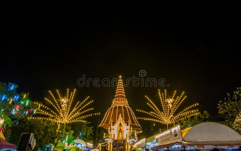 Festival de Phra Pathom Chedi, Amphoe Mueang, Nakhon Pathom, Tailandia en November20,2018: Encienda para arriba Phra Pathom Chedi fotografía de archivo libre de regalías