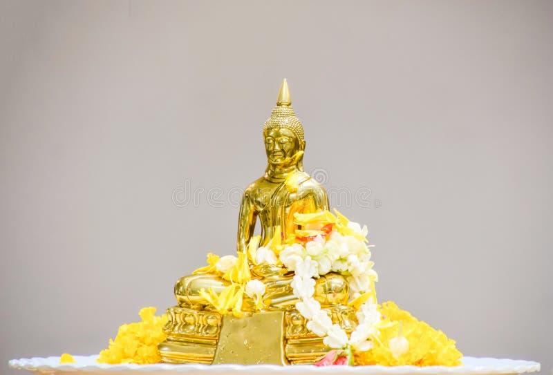 Festival de Songkhran - água de derramamento na estátua da Buda em Songkhran imagens de stock