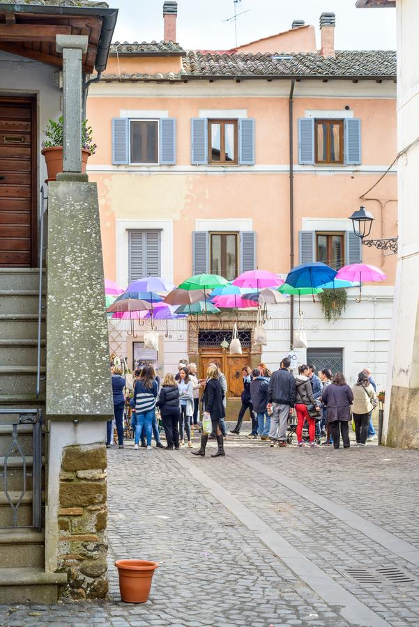 Festival de village avec la marche de personnes images stock