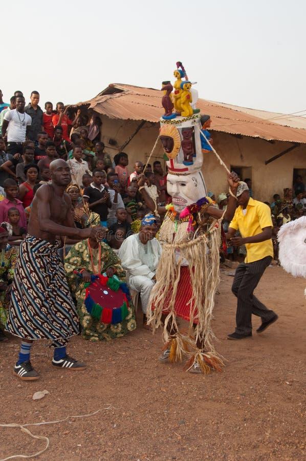 Festival dei gradi di età di Otuo - travestimento in Nigeria fotografie stock