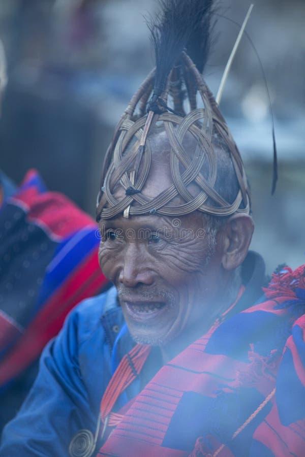 Festival del bucero Nagaland, India: 1° dicembre 2013: Ritratto schietto tribale del Naga senior al festival del bucero fotografie stock libere da diritti