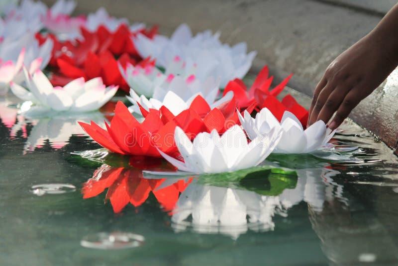 Festival des souhaits de offre de fleurs de lotus de Dewali photos libres de droits