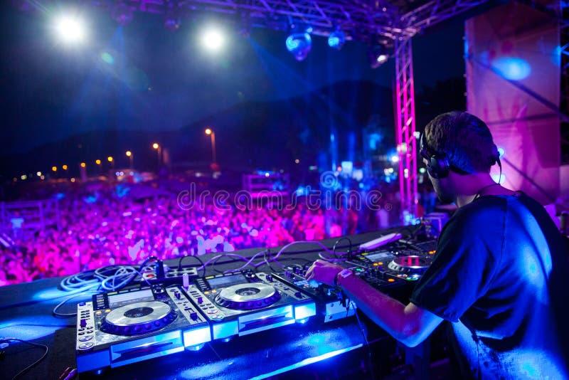 Festival di ballo del mare - insieme e folla del DJ fotografie stock libere da diritti