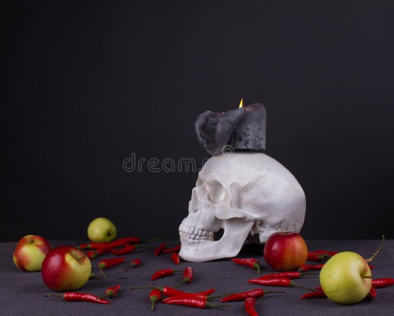 Festival di Halloween, cranio con la candela, mele e peperone fotografia stock libera da diritti