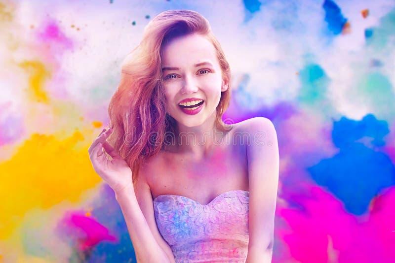 Festival di Holi dei colori Ritratto di giovane ragazza graziosa felice sul festival di colore di holi Ragazza con capelli rosa e fotografie stock