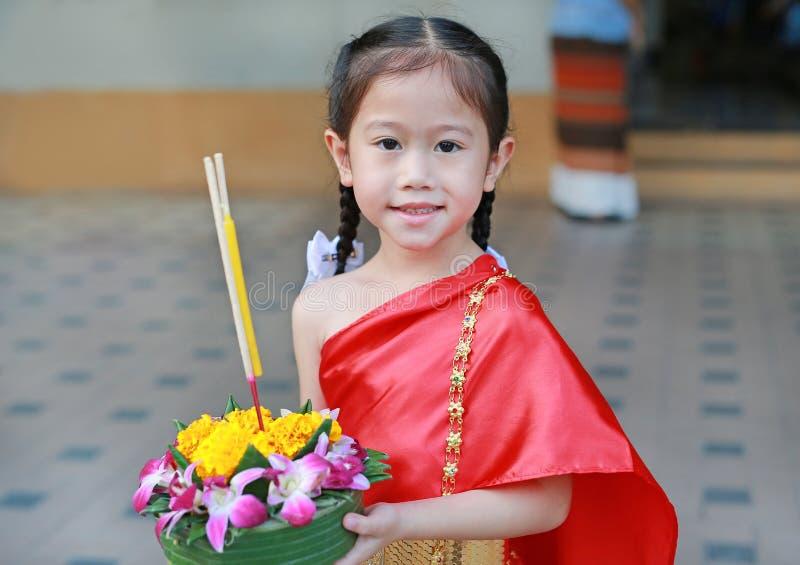 Festival di Loy Krathong, ragazza asiatica del bambino in vestito tradizionale tailandese con il krathong della tenuta per la dea fotografie stock libere da diritti
