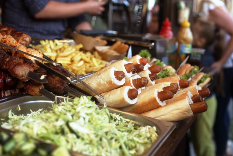 Festival do alimento da rua, cachorros quentes deliciosos e o outro fast food fotos de stock