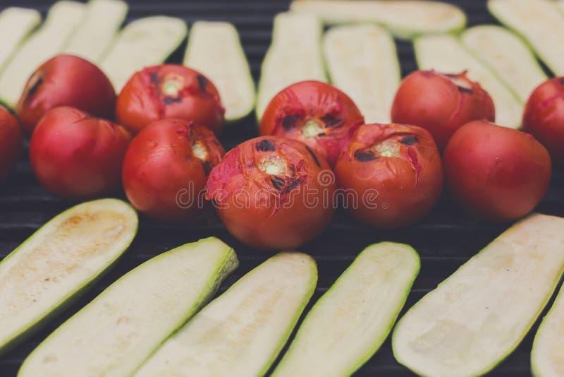 Festival do fast food da rua Assado vegetal roasted na grade do metal fotografia de stock