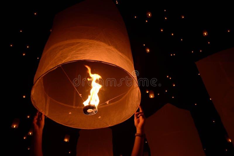 Festival do fogo de artifício das lanternas do céu, Chiangmai, Tailândia, Loy Krathong fotos de stock royalty free