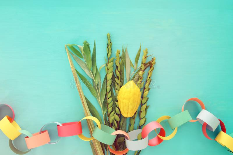 Festival ebreo del sukkot Simboli tradizionali le quattro specie: Etrog, lulav, hadas, arava fotografia stock