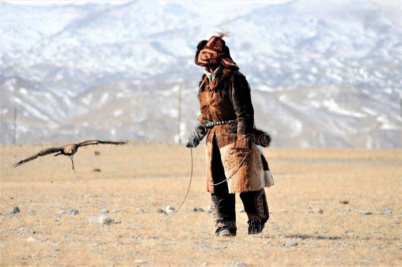 Festival för guld- örn i vintern snöig Mongoliet royaltyfria bilder