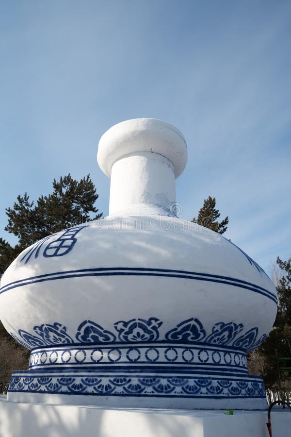 Festival för snö för Harbbing isannd - massiv snöskulptur av den rundade Kina kruset, klar blå himmel för dag royaltyfri foto