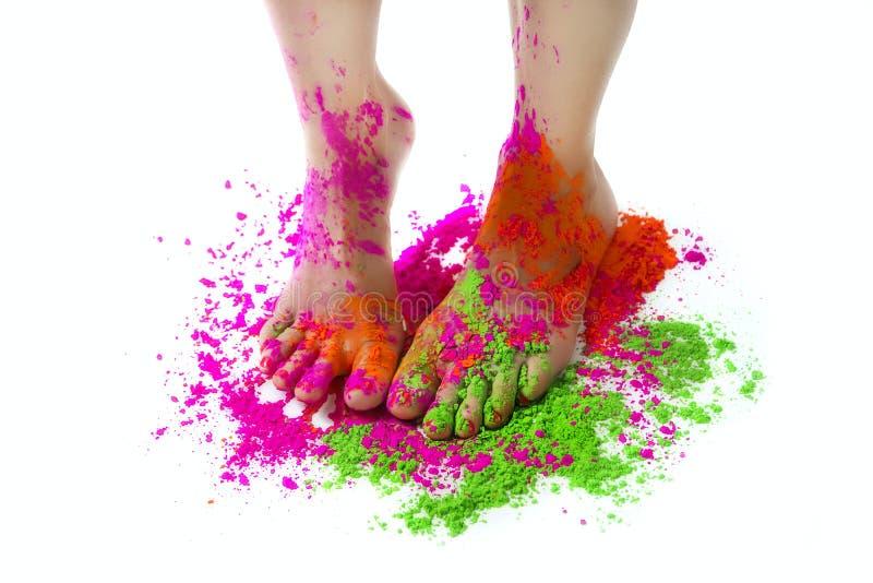 ¡Festival feliz de Holi! Partido de la celebración de Holi - colore femenino de los pies imagen de archivo