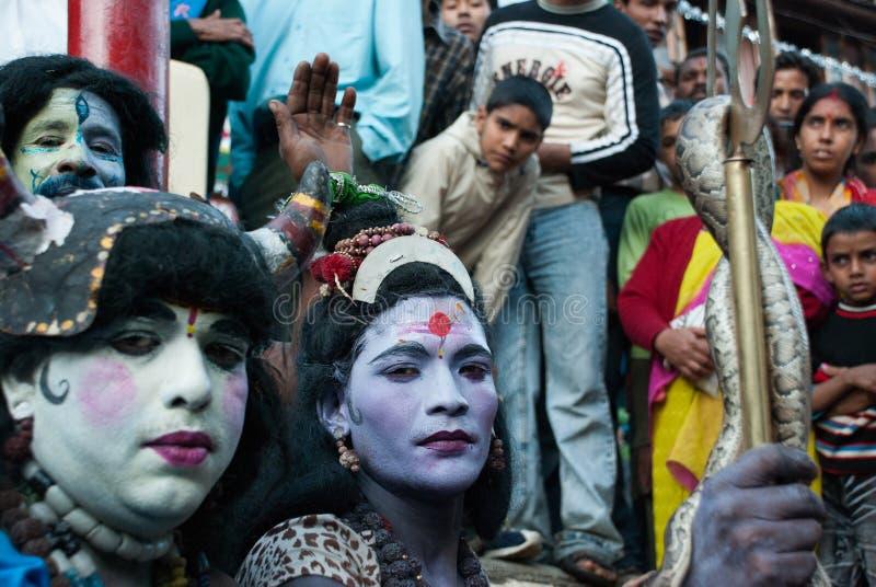 Festival hindú con los hombres vestidos como dioses que sostienen una serpiente imagen de archivo libre de regalías