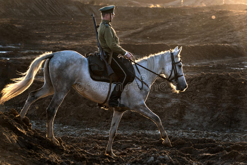 Festival histórico de la primera guerra mundial en Moscú, el 2 de octubre de 2016 Soldados del caballo del ejército ruso fotografía de archivo