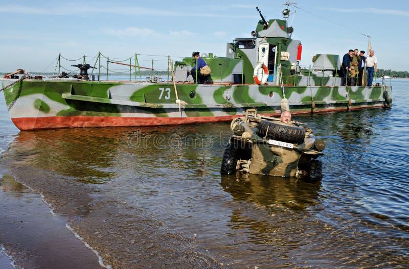 Festival histórico de la Segunda Guerra Mundial al Samara, el 26 de julio de 2015 La lancha de desembarque soviética y el coche f imagen de archivo libre de regalías