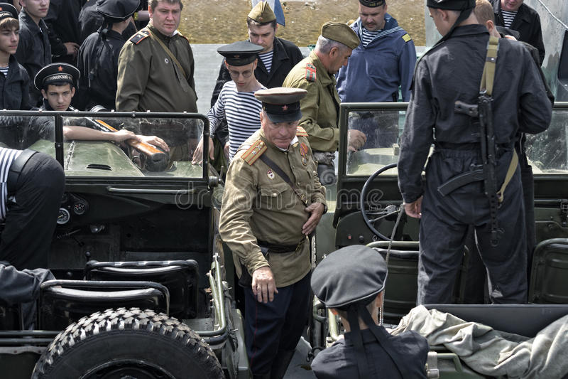 Festival histórico de la Segunda Guerra Mundial en Samara, el 26 de julio de 2015 Agrupe Jung y la infantería del ejército rojo e fotos de archivo libres de regalías