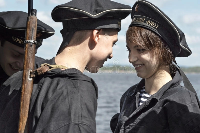 Festival historique de la deuxième guerre mondiale en Samara, le 26 juillet 2015 Groupez Jung sur le fond de la Volga photos stock