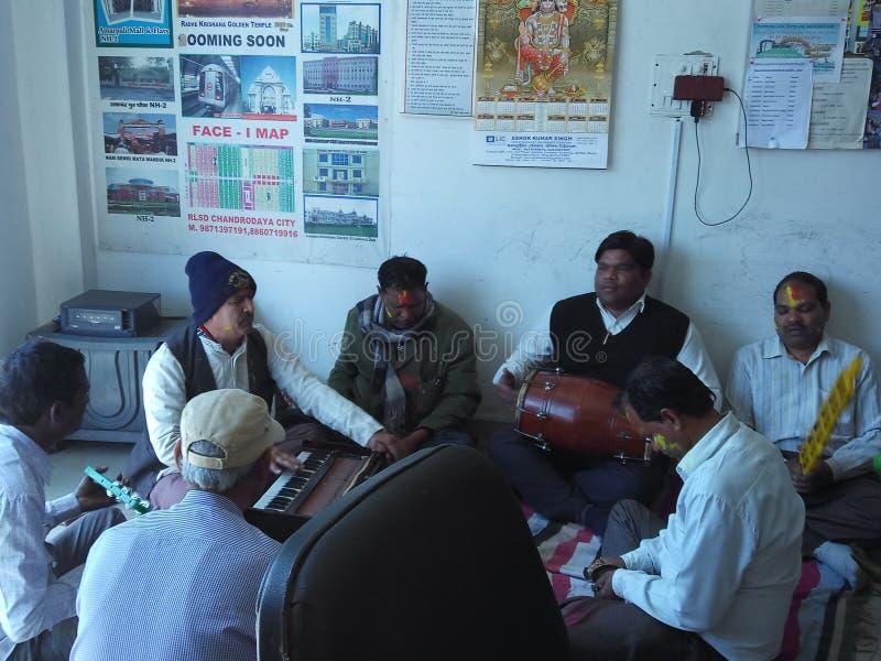 Festival Holi celebra oficina en el distrito de Ghaziabad, Uttar Pradesh, India foto de archivo libre de regalías