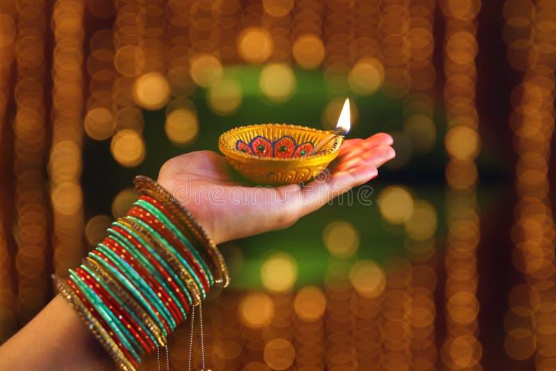 Festival indiano Diwali, lampada a disposizione immagine stock libera da diritti