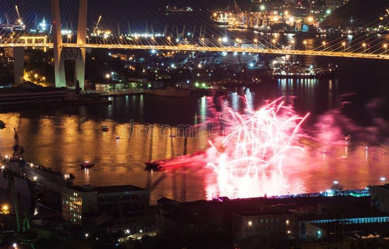 Festival internacional de los fuegos artificiales en Vladivostok. foto de archivo