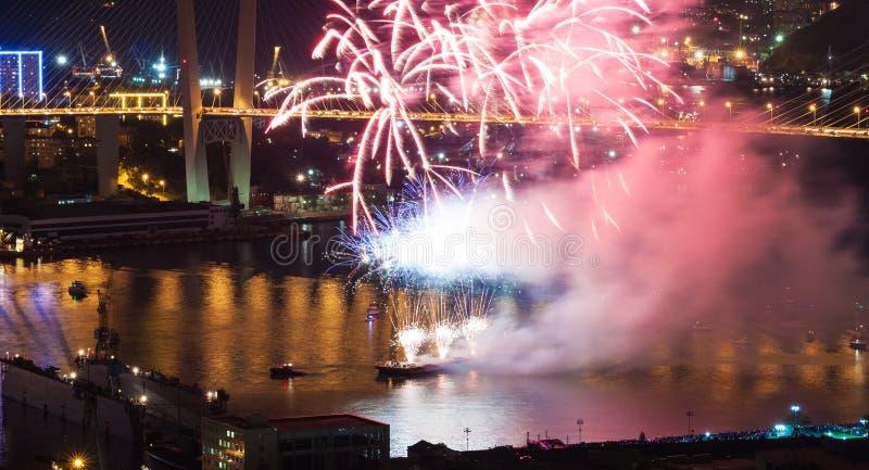 Festival internacional de los fuegos artificiales en Vladivostok. imagen de archivo