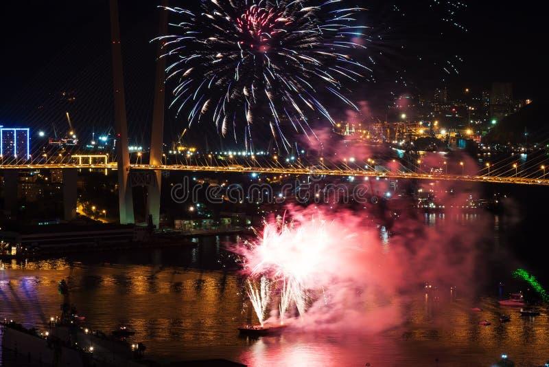 Festival internacional de los fuegos artificiales en Vladivostok. imagen de archivo libre de regalías
