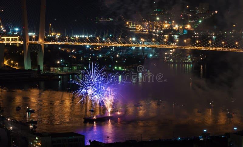 Festival internacional de los fuegos artificiales en Vladivostok. imágenes de archivo libres de regalías