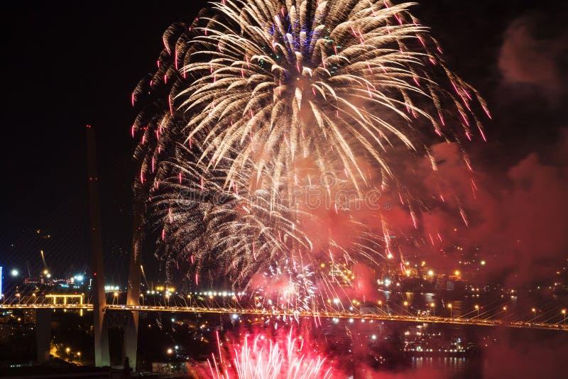 Festival internacional de los fuegos artificiales en Vladivostok. fotos de archivo