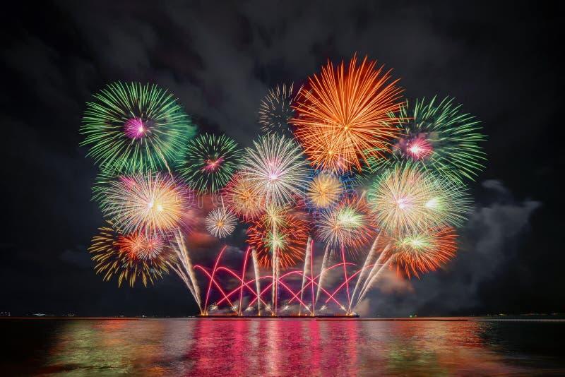 Festival internacional dos fogos de artifício de Pattaya em Chonburi, Tailândia Variedade de fogos de artifício coloridos na cele fotografia de stock