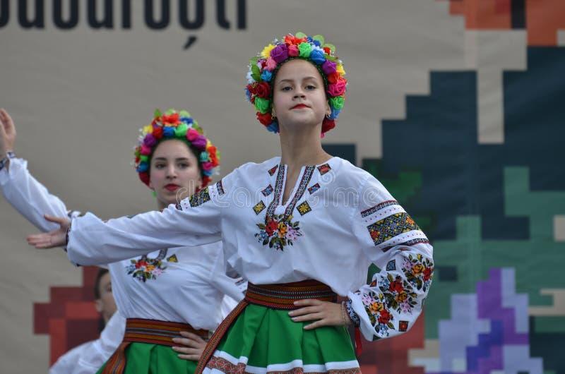 Festival international de folklore : Danseurs ukrainiens dans des costumes traditionnels image libre de droits