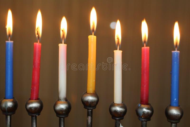 Festival judío de las velas del menorah del día de fiesta de Jánuca de las luces en amarillo azul y blanco rojos fotografía de archivo