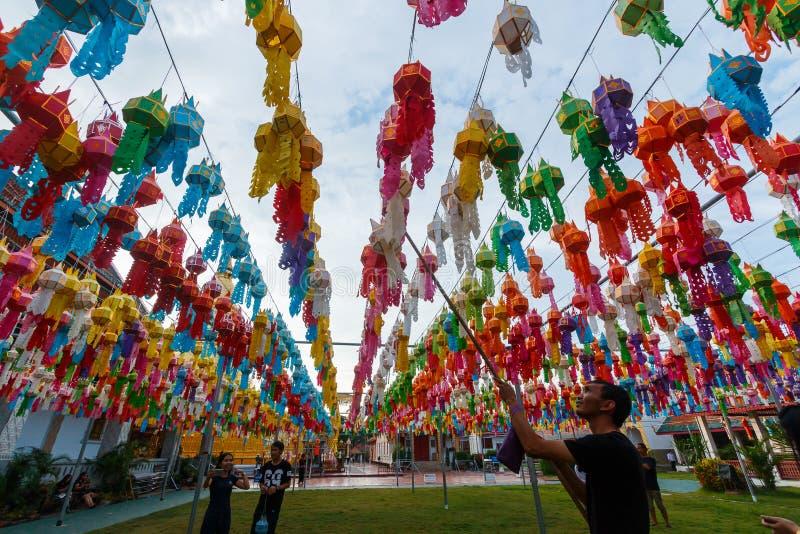 Festival Loy Krathong, buntes Lampen-Loy Krathong Festival-` Wat Phra That Hariphunchai-Pagode ` mit hellem Festival bei Lamphun, stockbilder