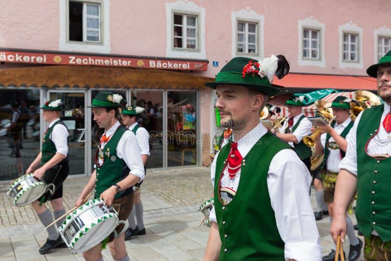 Festival met parade van fanfare en mensen in traditonalkostuums stock foto