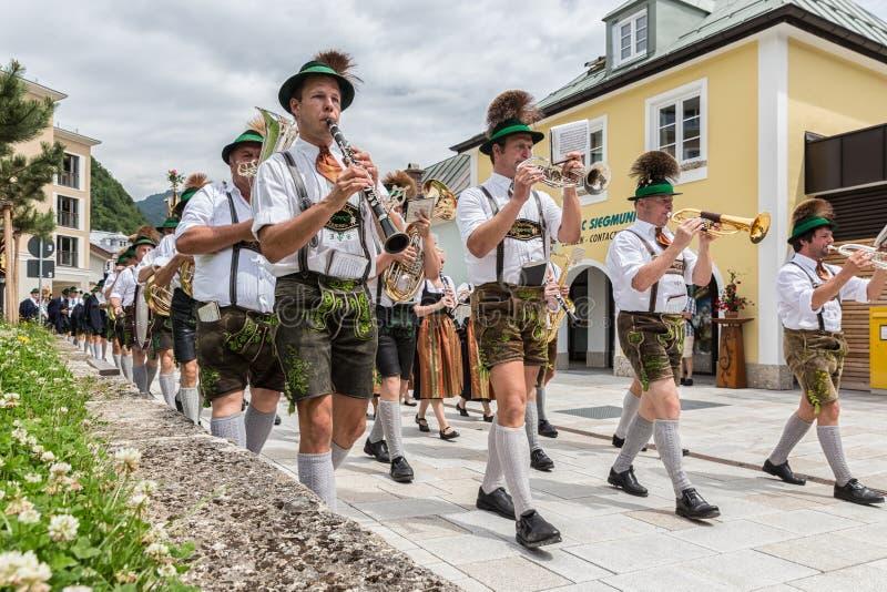 Festival met parade van fanfare en mensen in traditonalkostuums stock fotografie