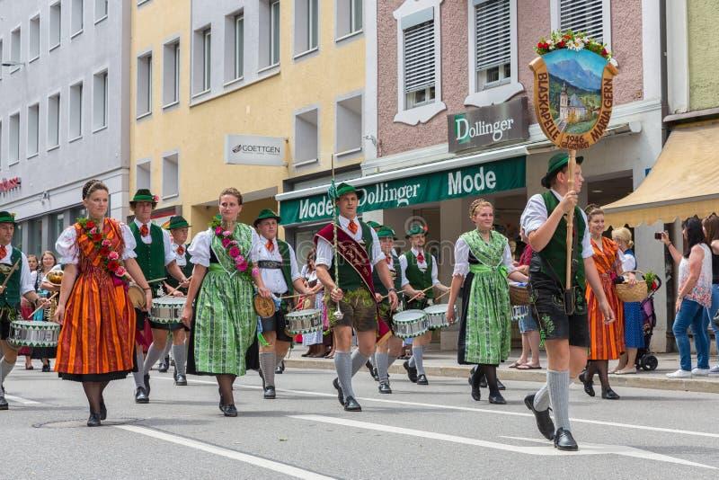 Festival met parade van fanfare en mensen in traditonalkostuums royalty-vrije stock afbeeldingen