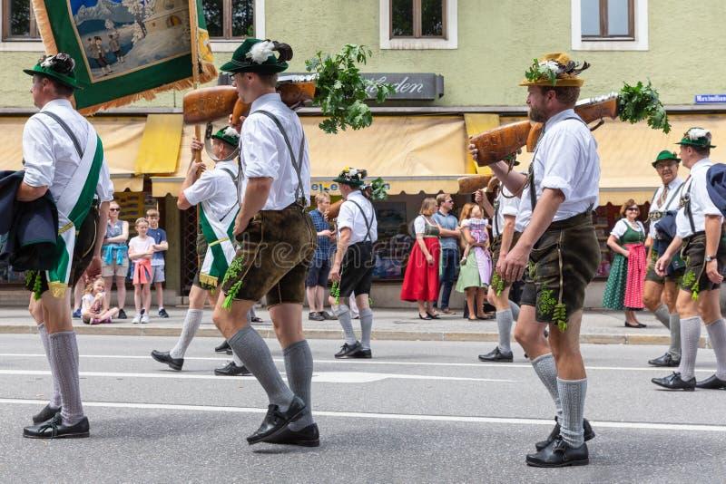 Festival met parade van fanfare en mensen in traditonalkostuums stock afbeelding